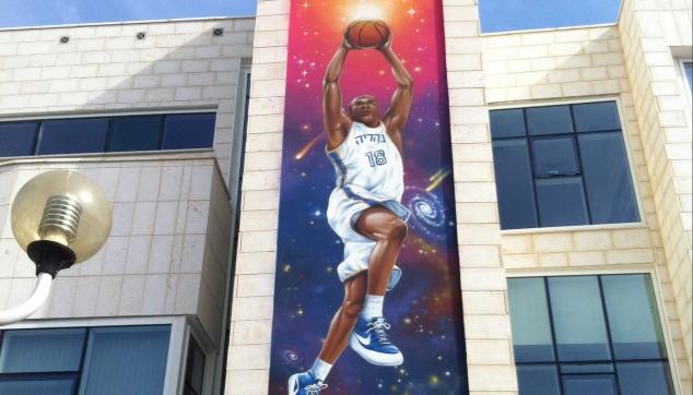 אולם ספורט ציור לאורך כל הבניין