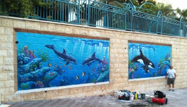 ציור של דולפינים באוקייאנוס צויר באיירבראש