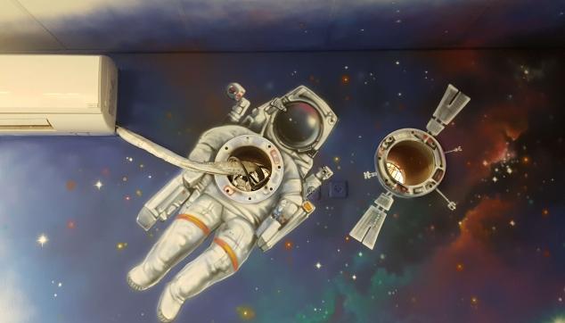 ציור של הגלקסיה עם אסטרונאוט