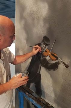 האמן במהלך עבודתו (3)