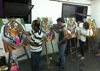 מציירים בקורס בבית הלל נמרים