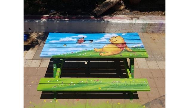 ציור איירבראש על ספסלים