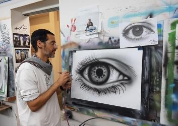 ציור מדויק של עין בהתזת צבע