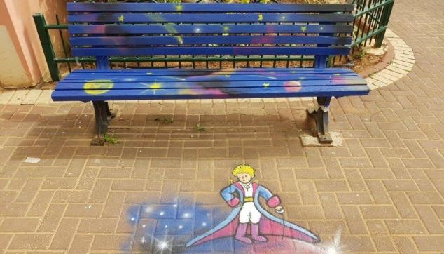 ציור של הנסיך הקטן על ספסל ורצפה