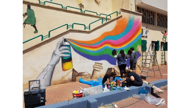 תלמידים מציירים את  בית ספרם