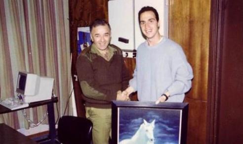 מחזיקים תמונה של סוס לבן