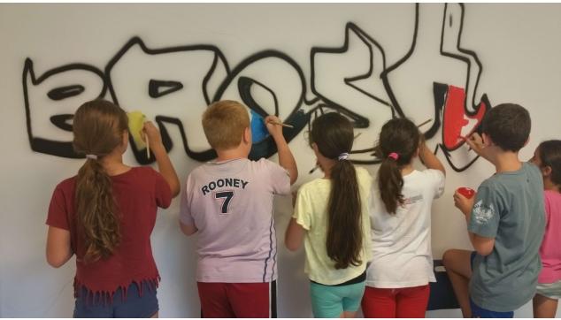 גרפיטי תלמידים מציירים את בית ספרם