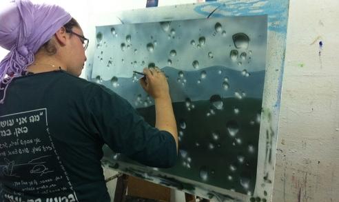תלמידה בבית הלל מציירת