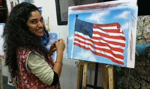 תלמידה מציירת באיירבראש את דגל אמריקה