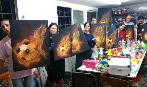 תלמידים מציירים כדור רגל עולה באש