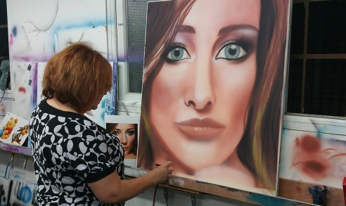 ציור של אישה בעזרת איירבראש