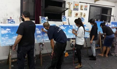 תלמידים מציירים באיירבראש שמיים