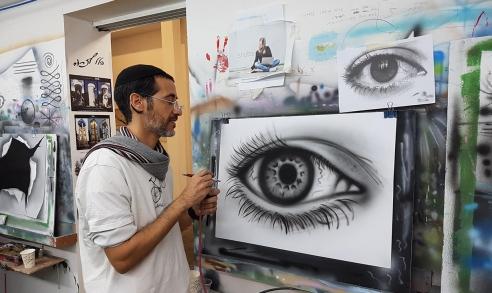 ציור של עין עם פרטים מדויקים בזכות האיירבראש
